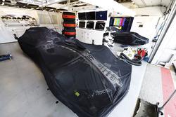 El auto de Felipe Massa bajo las cubiertas