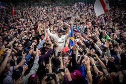 El ganador Lewis Hamilton, Mercedes AMG F1 con los fans