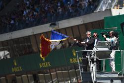 تشايس كاري، الرئيس التنفيذي لمجلس إدارة مجموعة الفورمولا واحد يعطي شارة بدأ السباق