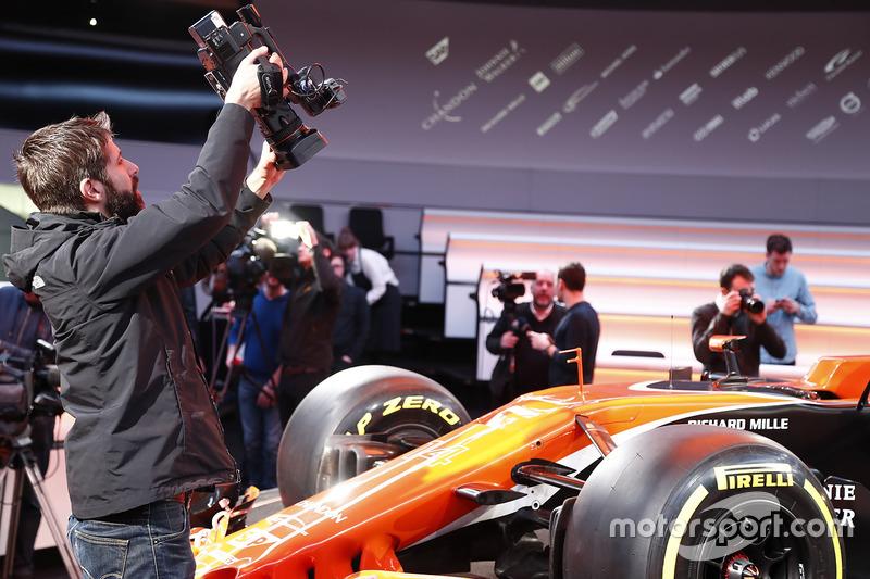 Оператор фільмує McLaren MCL32