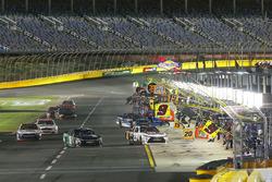 Erik Jones, Joe Gibbs Racing Toyota, Daniel Suárez, Joe Gibbs Racing Toyota, pit stop