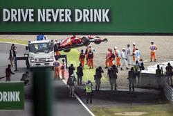 El coche chocado de Kimi Raikkonen, Ferrari SF70H es removido por oficiales