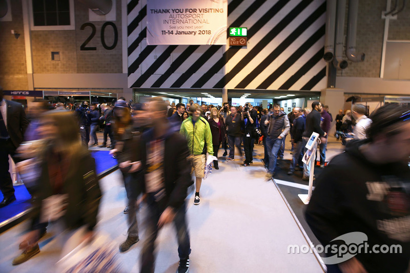 Fans llegan al Autosport International show