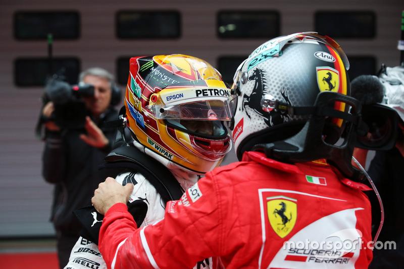 Sebastian Vettel, Ferrari, gratuliert Lewis Hamilton, Mercedes AMG, im Parc Ferme