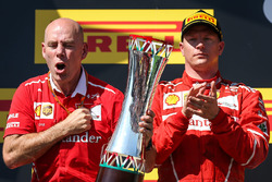 Podio: segundo lugar de Kimi Raikkonen y Jock Clear, ingeniero jefe de Ferrari