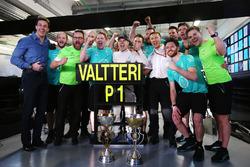 Гонщик Mercedes F1 Валттери Боттас отмечает победу с командой