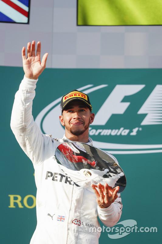 Lewis Hamilton, Mercedes AMG, con su trofeo