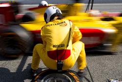 Mecánico de Arden en el trabajo durante la práctica de la parada en boxes
