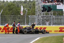 Pastor Maldonado, Lotus E23 klimt uit de wagen