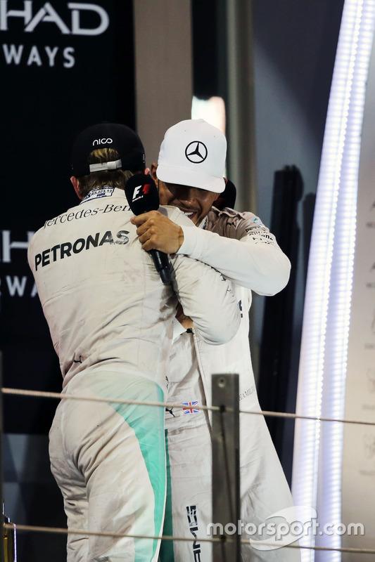 Campeón del mundo  Nico Rosberg, de Mercedes AMG F1 da la mano con su compañero ganador de la  carrera Lewis Hamilton, Mercedes AMG F1
