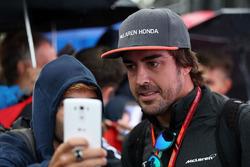 Fernando Alonso, McLaren fans selfie