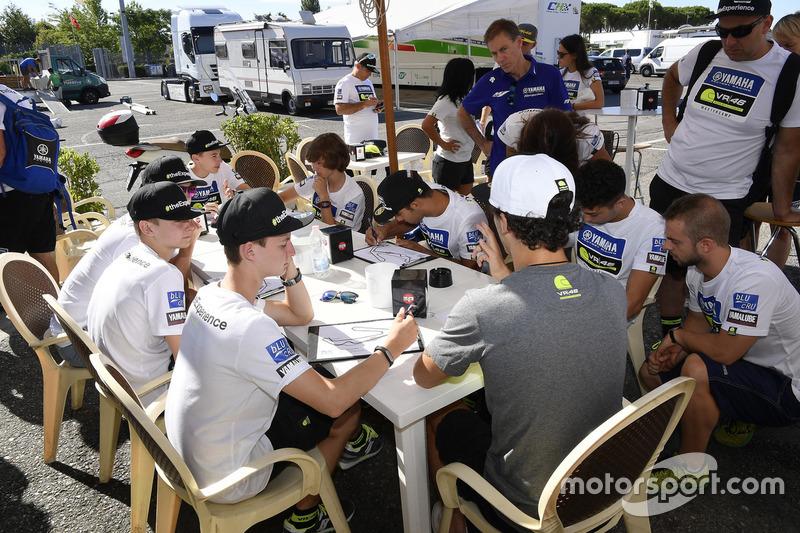 Франческо Багная пояснює учасникам четвертого Yamaha VR46 Master Camp особливості їзди по трасі Мізано,керуючий директор Yamaha Motor Racing Лін Джарвіс