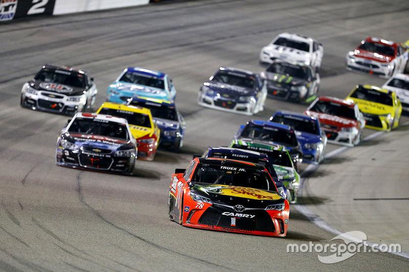 Martin Truex Jr., Furniture Row Racing Toyota comanda il gruppo