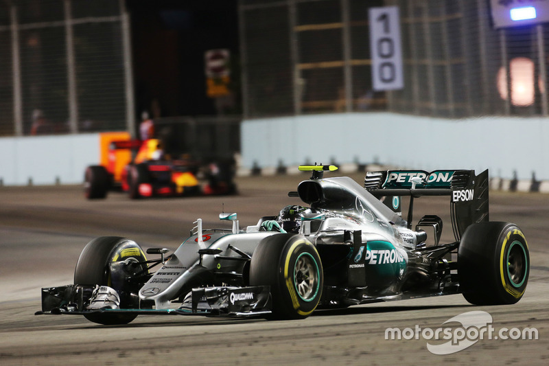 Nico Rosberg, Mercedes AMG F1 W07 Hybrid y Daniel Ricciardo, Red Bull Racing RB12