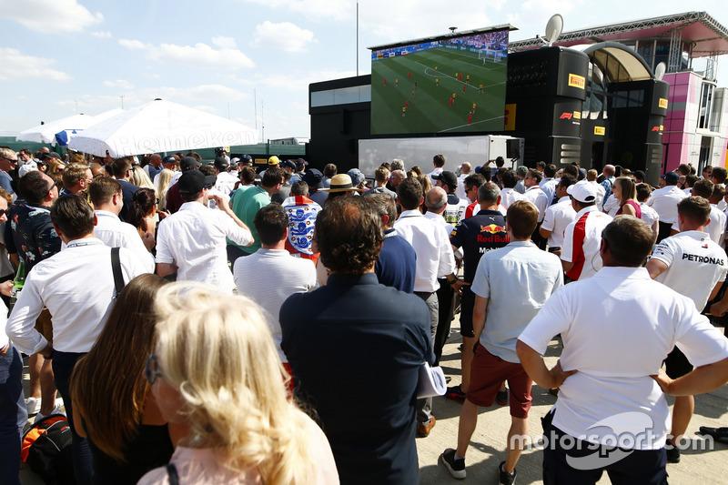 Болельщики следят за ходом футбольного матча между сборными Англии и Швеции