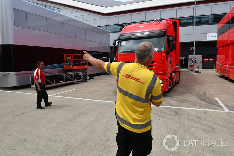 Camion DHL e Ferrari