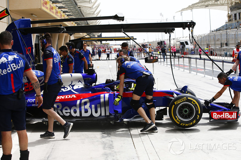 La voiture de Brendon Hartley, Toro Rosso STR13 Honda, est rentrée au garage