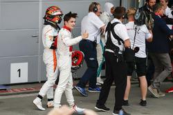 Stoffel Vandoorne, McLaren, ve Charles Leclerc, Sauber, Parc Ferme