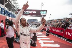 El ganador de la carrera Lewis Hamilton, Mercedes-AMG F1 celebra con una selfie en parc ferme