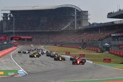Себастьян Феттель, Ferrari SF71H, лідирує на старті гонки