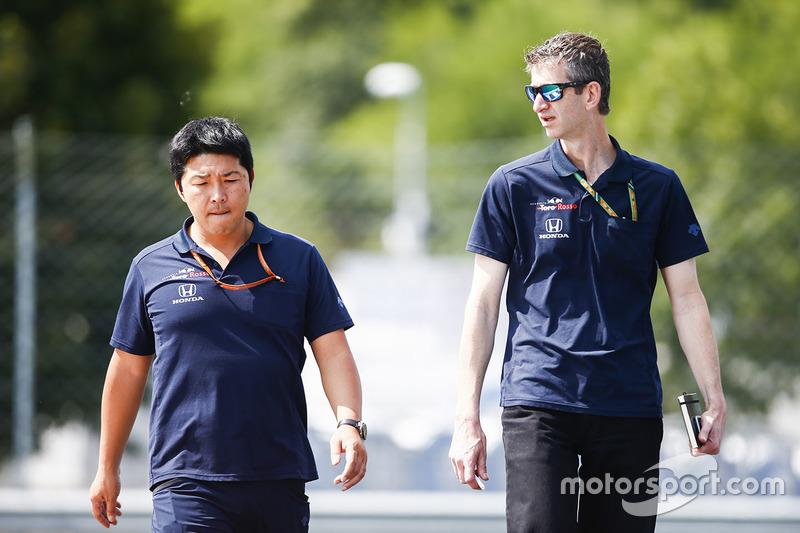 Mekanik Honda dan Toro Rosso mengitari trek
