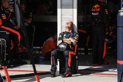 Mecánico de Red Bull Racing empapado en el sol