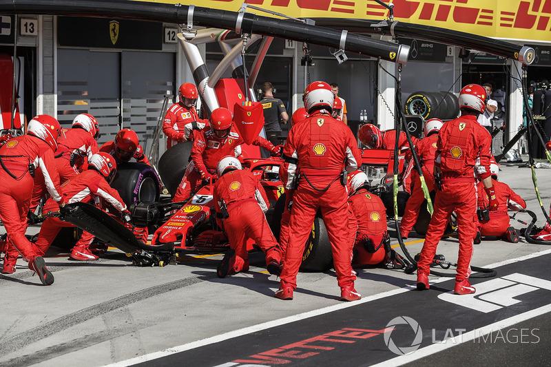 Sebastian Vettel, Ferrari SF71H para en boxes