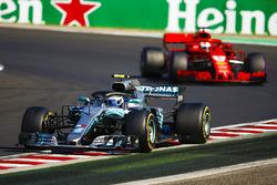Valtteri Bottas, Mercedes AMG F1 W09, devant Sebastian Vettel, Ferrari SF71H