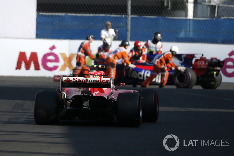 Kimi Raikkonen, Ferrari SF70H y Pierre Gasly, Scuderia Toro Rosso STR12 en FP3