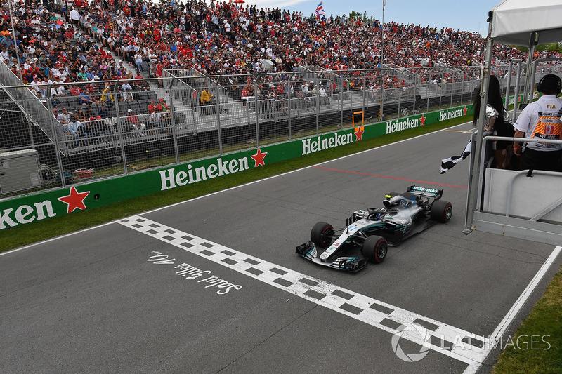 Valtteri Bottas, Mercedes-AMG F1 W09 llega a la bandera a cuadros ondeada por Winnnie Harlow