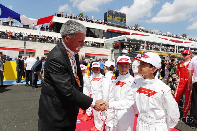 Chase Carey, directeur exécutif du Formule One Group, avec les Grid Kids