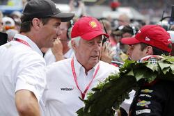 1. Will Power, Team Penske Chevrolet, mit Tim Cindric und Roger Penske