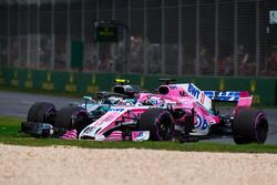 Valtteri Bottas, Mercedes-AMG F1 W09 EQ Power+ et Sergio Perez, Force India VJM11 en lutte