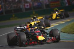 Daniel Ricciardo, Red Bull Racing RB14 Tag Heuer, leads Nico Hulkenberg, Renault Sport F1 Team R.S. 18, and Carlos Sainz Jr., Renault Sport F1 Team R.S. 18
