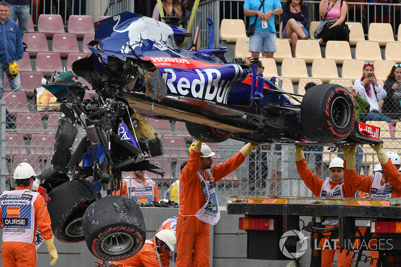 Marshals remove the wrecked Brendon Hartley Toro Rosso STR13 Honda after its heavy accident