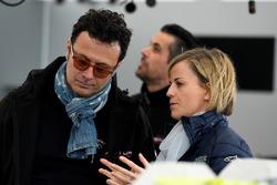 Susie Wolff, oprichter Dare to be Different, met Giuldo Pastor, President Venturi Formule E team in de pits