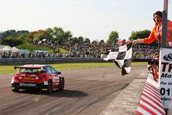 Adam Morgan, Ciceley Motorsport Mercedes-Benz A-Class toma la bandera a cuadros