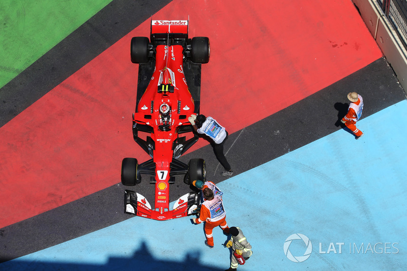Kimi Raikkonen, Ferrari SF70H, mit Sportwarten