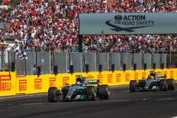 Valtteri Bottas, Mercedes-Benz F1 W08 Hybrid, Lewis Hamilton, Mercedes-Benz F1 W08 Hybrid cruzando la meta