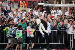 Il vincitore della gara Valtteri Bottas, Mercedes AMG F1