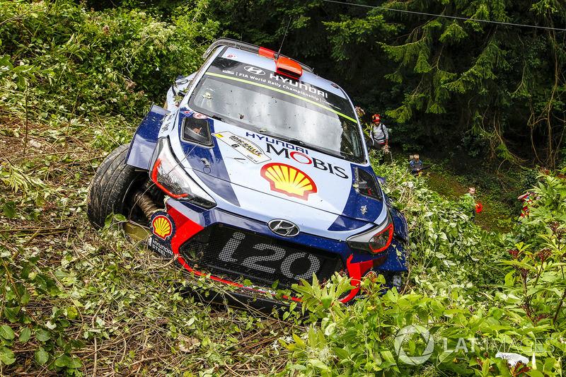 После аварии: Дани Сордо и Марк Марти, Hyundai i20 Coupe WRC