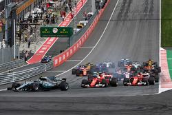 Валттері Боттас, Mercedes AMG F1 W08, лідирує на старті