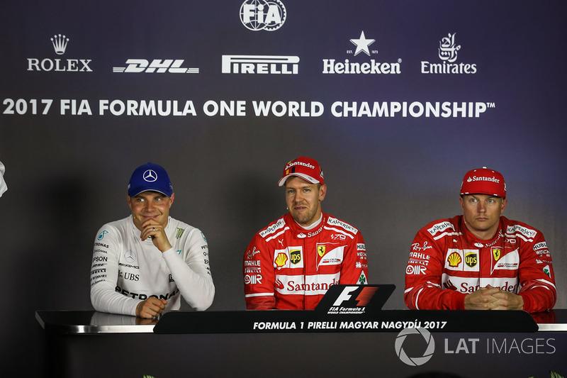 Valtteri Bottas, Mercedes AMG F1 W08, ganador de la pole Sebastian Vettel, Ferrari y Kimi Raikkonen,