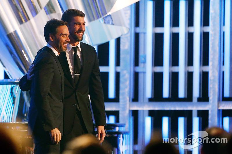 Nadador olímpico estadounidense Michael Phelps y el campeón Jimmie Johnson, Hendrick Motorsports Chevrolet