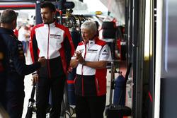 Herbie Blash en el  paddock con el uniforme de Porsche