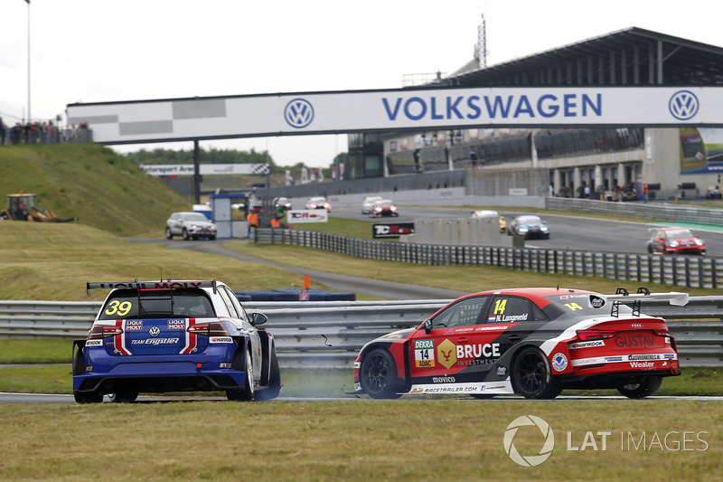 Crash zwischen Florian Thoma, Liqui Moly Team Engstler, VW Golf GTI TCR und Niels Langeveld, Racing One, Audi RS3 LMS