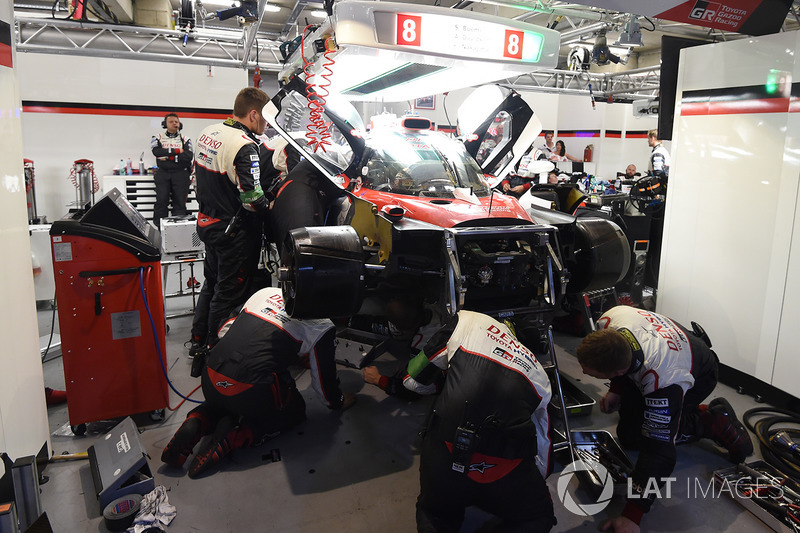 La vettura #8 Toyota Gazoo Racing Toyota TS050 Hybrid: Anthony Davidson, Sébastien Buemi, Kazuki Nakajima viene riparata