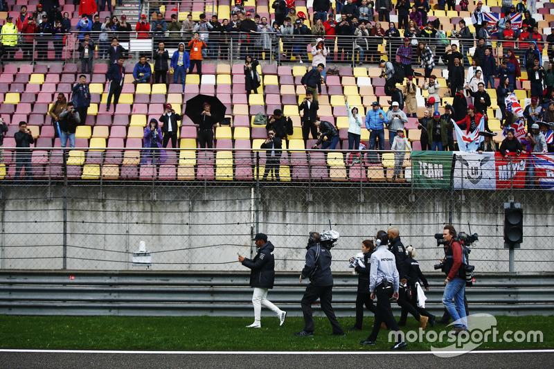 Льюіс Хемілтон, Mercedes AMG, роздає кепки фанатам