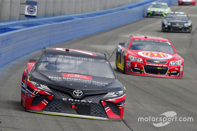 Erik Jones, Furniture Row Racing Toyota y Jamie McMurray, Chip Ganassi Racing Chevrolet