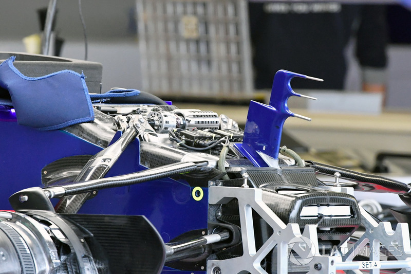 Morro del STR12 de la Scuderia Toro Rosso, y detalles del chasis